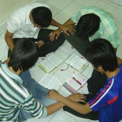 SGCN Crossroads student prayer time 2006